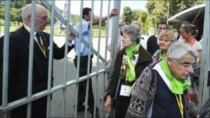 Peregrinos hacen abandono del santuario de Lourdes.
