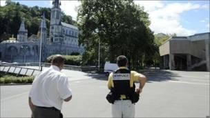 Personal de seguridad de la policía se hace cargo del santuario de Lourdes