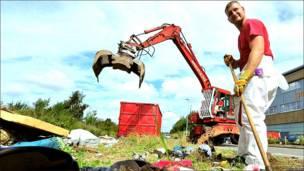 Limpieza después de desalojar un campaento gitano en Francia.