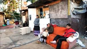 Gente de la comunidad Roma esperando ser evacuados en Montpellier