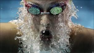 تصویر شناگری در حال شنای پروانه