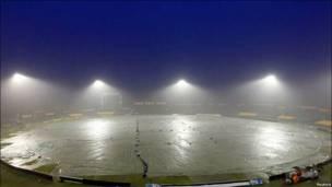 تصویری از ورزشگاه خالی کریکت که به خاطر باران با پلاستیک پوشیده شده است