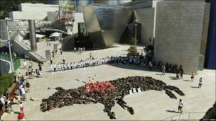 Toro formado por personas en Bilbao, España.