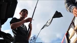 Человек с флагом Петербурга и ДДТ