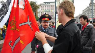 Гости из Петербурга снимают флаги с удочки