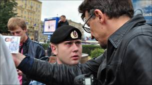 Рустем Адагамов пытается пройти через кордон милиции