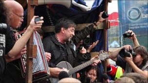 Юрий Шевчук поет на грузовике на Пушкинской площади
