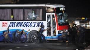 Сообщается, что силовые органы начали штурм автобуса после того, как оттуда послышались выстрелы