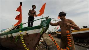 """Un pescador de Bombay decora su barca para las celebraciones del festival """"Nariyal Poormina"""""""