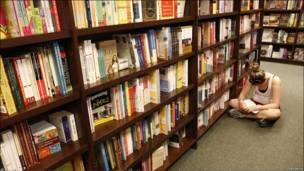 Una mujer lee sentada en el suelo de una sucursal de la librería Barnes and Noble de Falls Church, Virgina (EE.UU.)