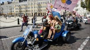 Un grupo de mujeres miembras de la organización feminista Femen celebra a su manera el Día de la Independencia de Ucrania.
