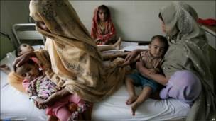 Madres cuidan a sus hijos enfermos en el hospital estatal de Muzaffargah, en la provincia de Punjab, Pakistán.