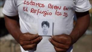 Alberto Segovia muestra la foto de su hermano Darío, de 48 años, uno de los 33 mineros atrapados desde hace más de dos semanas en una mina del norte de Chile