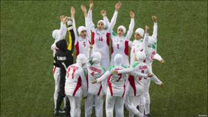 el equipo de fútbol femenino de Irán antes del inicio de su partido por la medalla de bronce de los Juegos Olímpicos de la Juventud.