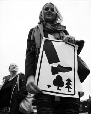Девушка с плакатом в защиту Химкинского леса