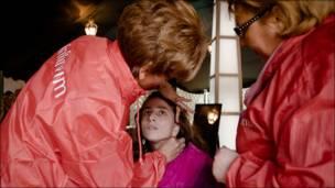 Девушку-инвалида консультируют визажисты