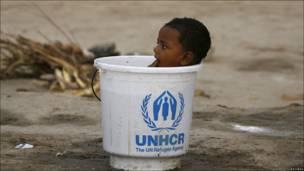 Niño en un cubo de la Agencia para Refugiados de Naciones Unidas