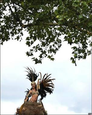 Mujer debajo de un árbol