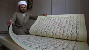 Hassan al-Zayyat muestra el libro del Corán