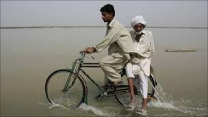 Hombre en bicicleta con señor mayor, Pakistán