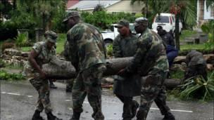 Trabajos de emergencia luego del paso de Earl por Antigua
