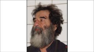 Foto de Saddam Hussein logo após a captura, em dezembro de 2003