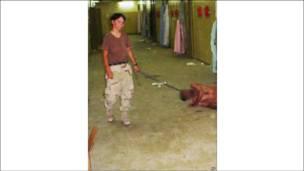 Militar americana com detento iraquiano na prisão de Abu Ghraib