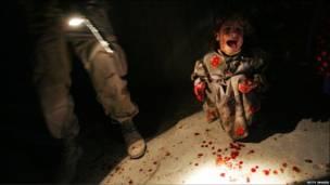 Criança iraquiana chora após soldados atirarem em carro com seus pais