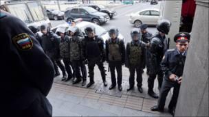 Оцепление у метро рядом с Триумфальной площадью Москвы. Фотография Ильи Варламова.