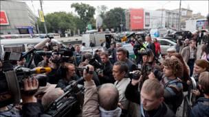 Толпа людей на Триумфальной площади. В центре толпы - Борис Немцов. Фото Ильи Варламова.