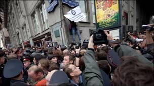 Толпа журналистов, милиционеров и участников митинга на Триумфальной площади. Фотография Ильи Варламова.