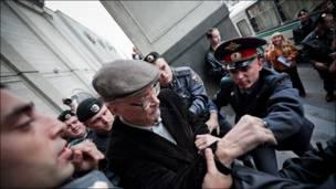 Задержание Эдуарда Лимонова на Триумфальной площади. Фотография Ильи Варламова.