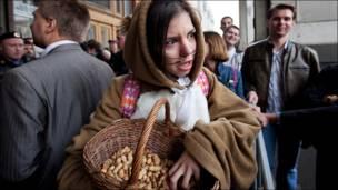 Девушка в костюме хорька. Фото Ильи Варламова.