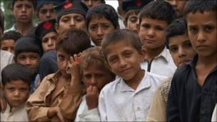 पाकिस्तान में बाढ़ से प्रभावित बच्चे
