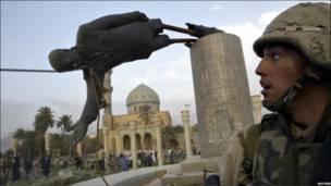 सद्दाम की मूर्ति गिराई
