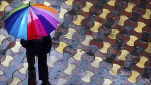 Hombre con paraguas en Mumbai