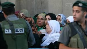 Толпы палестинцев