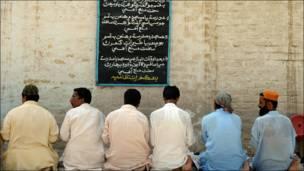 Fieles en mezquita paquistaní