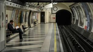 Este hombre espera, solitario, la llegada de un tren a la estación de Waterloo, Londres.