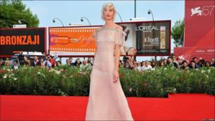 """La actriz Delfine Bafort llega a la premier de la película """"Promesas escritas en el agua"""", que compite en la 67 edición del Festival Internacional de Cine de Venecia."""