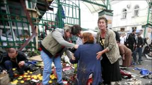 Люди на рынке рядом с местом взрыва
