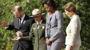 La primera dama Michelle Obama y su predecesora Laura Bush en Pensilvania.