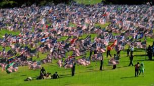 Banderas de Estados Unidos en una universidad de Malibú