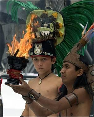 Personas con atuendos indígenas como parte de los festejos