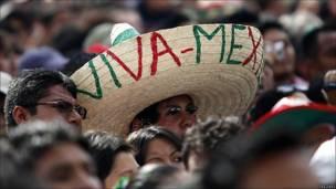 Gente reunida en la plaza del Zócalio, en Ciudad de México
