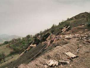 7 مايو 1987: حطام دبابات عراقية وشظايا قنابل متناثرة على جانب تلة في منطقة ماوت الجبلية شمالي شرق كركوك