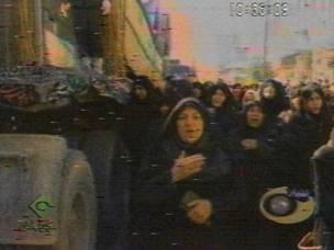صور تلفزيونية لنساء تشيعن جنازة 465 جندي ايراني في ولاية خوزستان جنوبي غرب البلاد