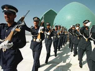 جنود عراقيون في استعراض امام نصب الشهيد في بغداد
