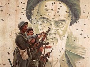 جنود عراقيون امام صورة للامام الخميني في الفاو اقصى جنوب العراق الذي احتلت القوات الايرانية جزءا منه في فبراير شباط 1986