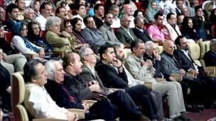 تصویر هنرمندان و مسئولان شرکت کننده در جشن خانه سینما